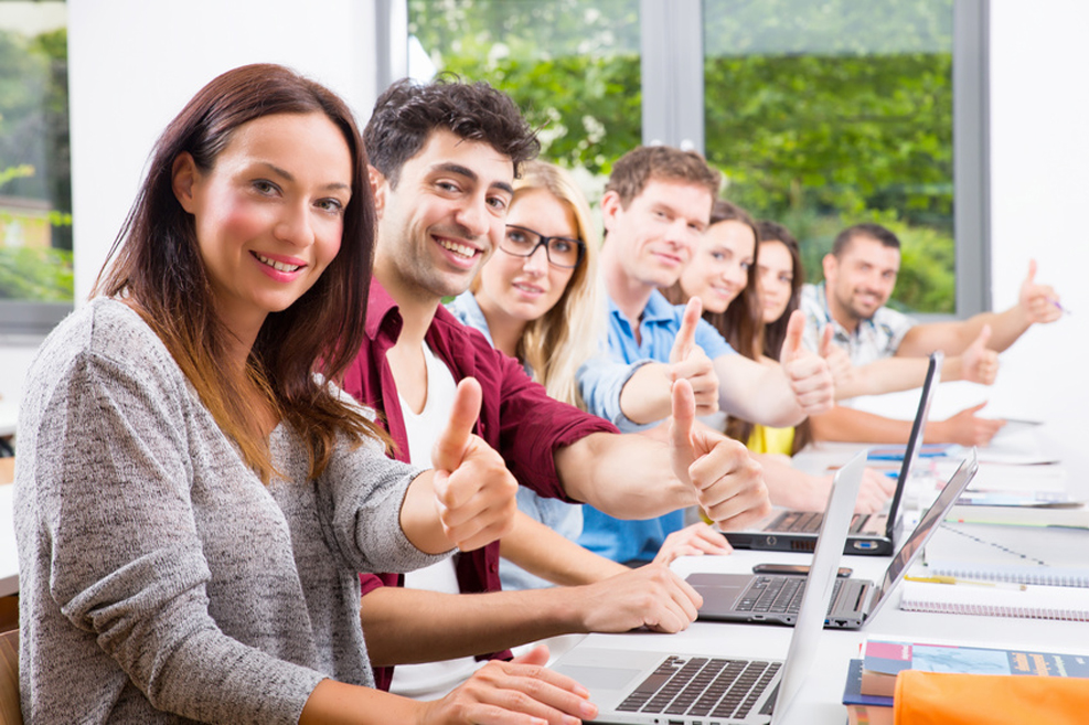 Personengruppe während einer Schulung am Laptop